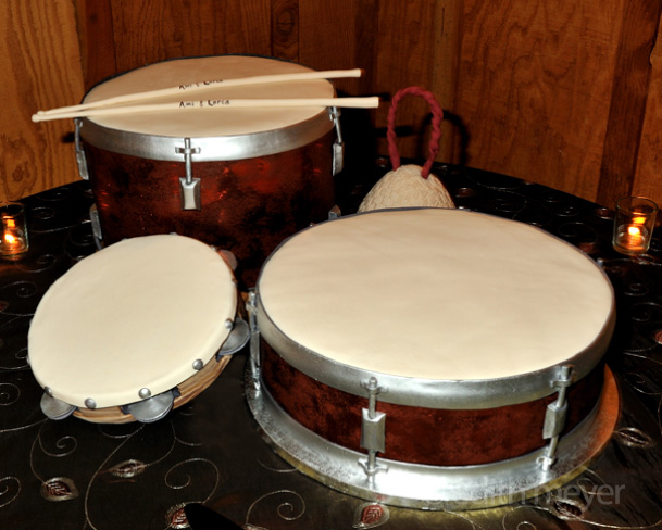 Cakes shaped like drum set